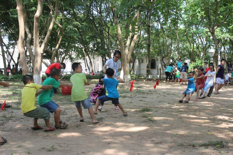 Các du khách nhí thỏa thích vui chơi các trò chơi dân gian trong khuôn viên bảo tàng