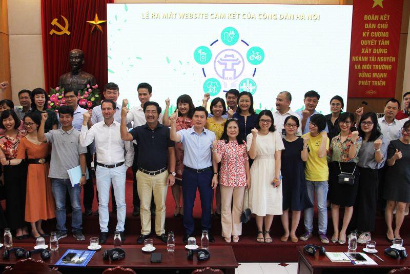 Các đại biểu tham dự Hội nghị chụp ảnh lưu niệm thể hiện tinh thần chung tay vì môi trường.