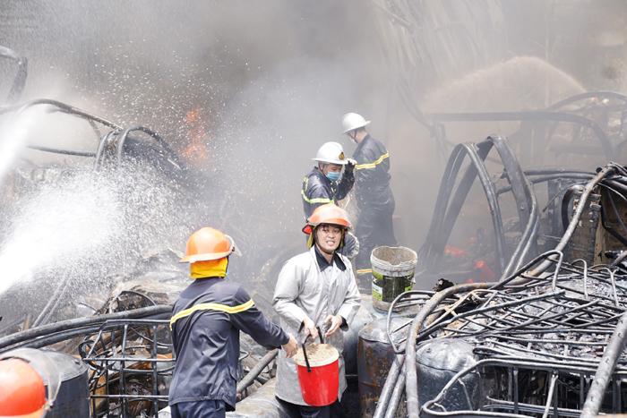 Lính cứu hỏa vật lộn trong đám cháy xử lý cháy lan. (Ảnh: Đạt Lê)