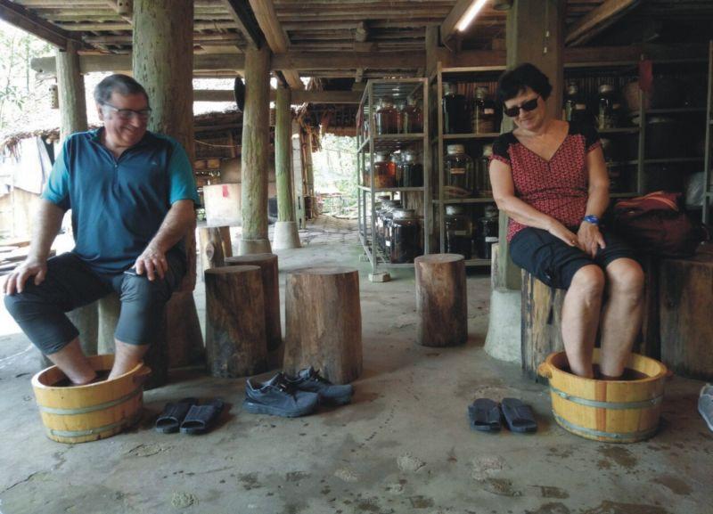 Du khách trải nghiệm dịch vụ ngâm chân bằng thuốc tại Làng du lịch sinh thái Thái Hải - mô hình du lịch cộng đồng bảo tồn văn hóa Tày, Nùng được  du khách yêu thích khi đến Thái Nguyên