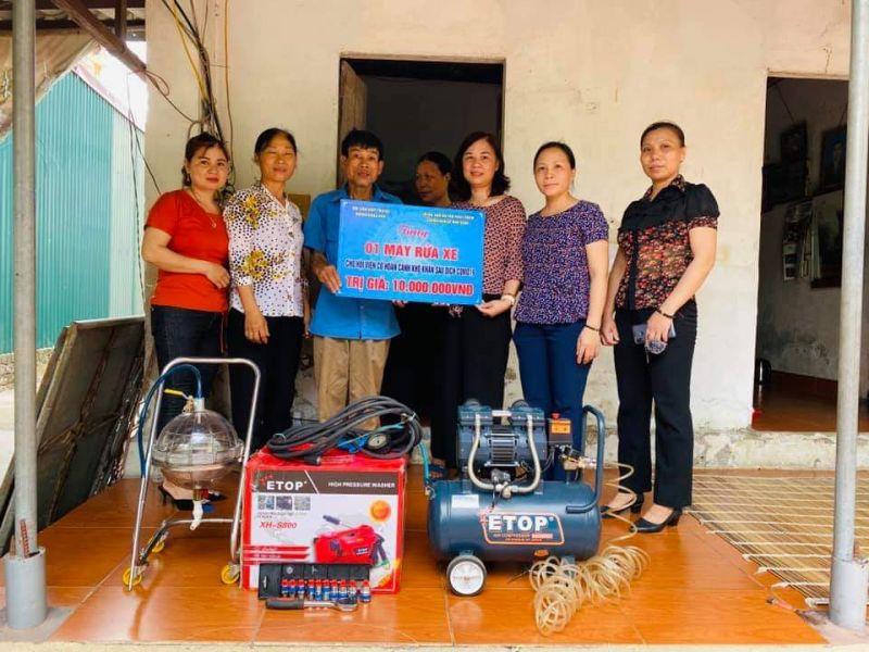 Các đồng chí đại diện lãnh đạo Hội LHPN huyện, Hội LHPN xã Cổ Loa đã trao tặng bộ thiết bị rửa xe cho gia đình hội viên