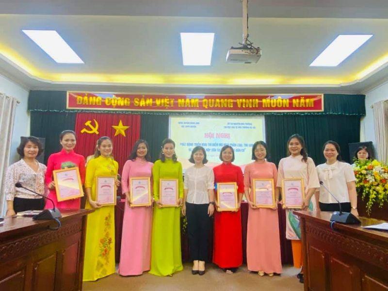 Hội LHPN huyện Đông Anh trao giải cho hội viên phụ nữ đạt giải trong cuộc thi
