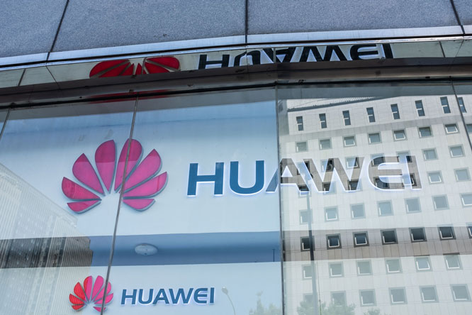 Các sản phẩm của Tập đoàn Viễn thông Huawei và ZTE chính thức bị cấm tại Mỹ. Ảnh: New York Times