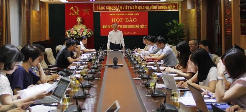 Phó Chủ tịch Thường trực HĐND TP Hà Nội thông tin tại cuộc họp báo.