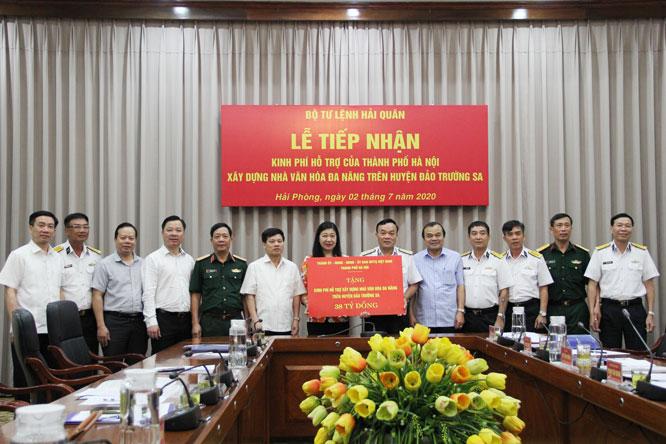 Đoàn đại biểu thành phố Hà Nội trao 38 tỷ đồng cho Bộ Tư lệnh Hải quân.