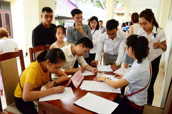 Phiên giao dịch việc làm tại huyện Mê Linh ngày 4-7 thu hút đông đảo người lao động đến tìm việc.
