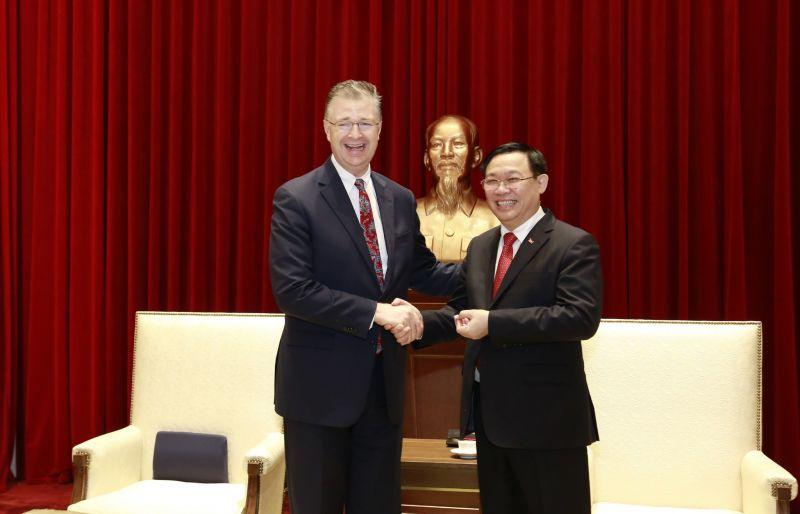 Bí thư Thành ủy Hà Nội vui mừng chào đón Đại sứ Hoa Kỳ.