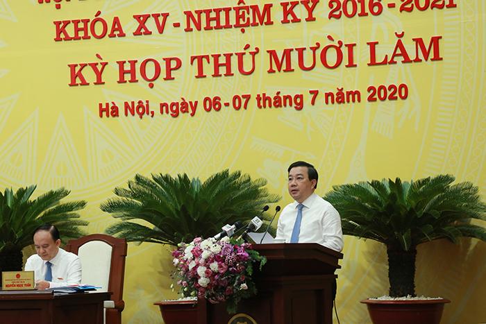 Giám đốc Sở GD&ĐT Chử Xuân Dũng trình bày Tờ trình tại kỳ họp