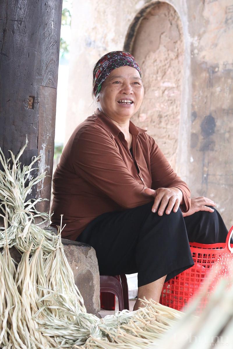 Nụ cười hồn hậu, lạc quan của bà Hoàng Thị Tuyết - gần 40 năm bán nón tại đình làng Chuông. Ảnh: Minh Hiền