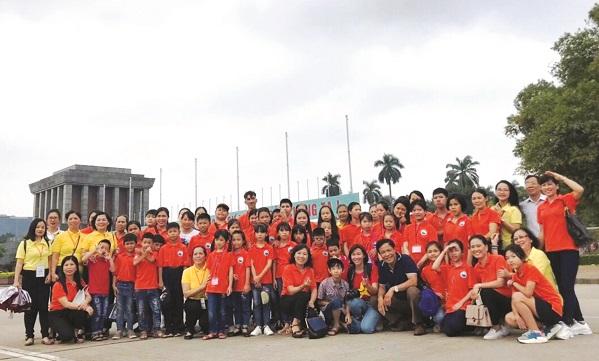 Chị Nguyễn Thị Tuyết Bình (đeo túi đen đứng ngoài cùng bên tay phải) trong buổi đi thăm lăng Bác cùng Lớp học tình thương.
