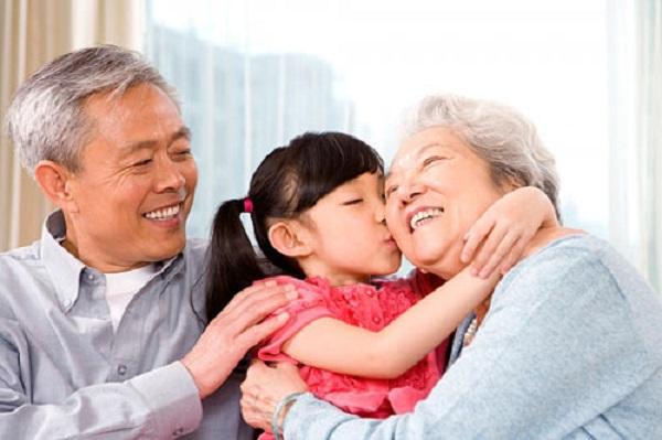 Ở Việt Nam, người già thường sống bên con cháu (ảnh minh họa)