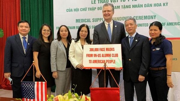 Đại sứ Mỹ Daniel J.Kritenbrink tiếp nhận quà từ Việt Nam trong cuộc chiến chống Covid-19. Ảnh: Đại sứ quán Mỹ