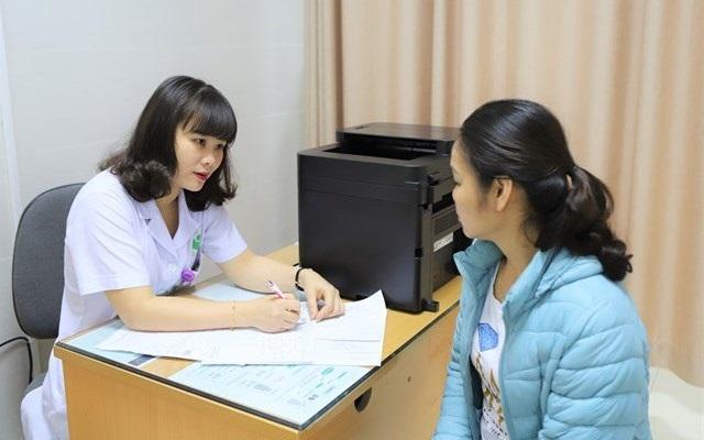 Ths. BSCKII Nguyễn Thị Minh Thanh - Phó trưởng khoa Khám chuyên sâu sản phụ khoa và sơ sinh tư vấn cho người bệnh