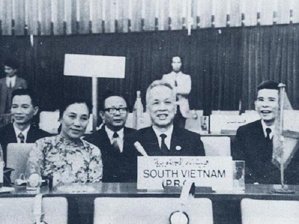 Chủ tịch Nguyễn Hữu Thọ (giữa) và đoàn Chính phủ Cách mạng lâm thời Cộng hòa miền Nam Việt Nam tại Hội nghị Cấp cao Phong trào không liên kết ở Algérie tháng 9/1973 (ảnh tư liệu)