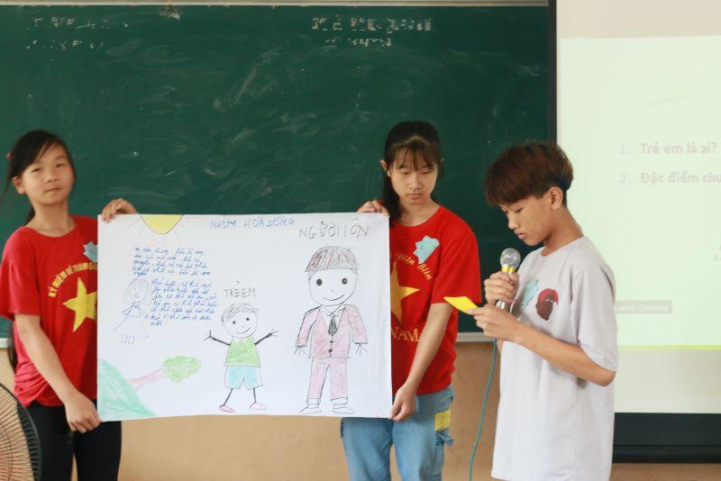 Các em học sinh được làm quen và rèn luyện kĩ năng thuyết trình