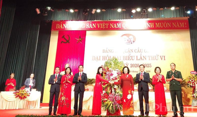 đồng chí: Ngô Thị Thanh Hằng - Ủy viên Trung ương Đảng, Phó Bí thư Thường trực Thành ủy tặng hoa chúc mừng đại hội