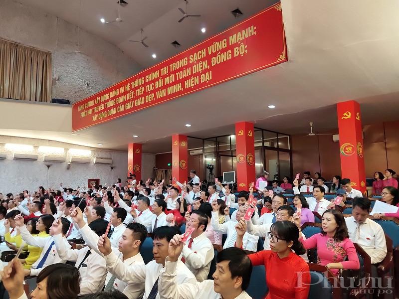 Các đại biểu biếu quyết thông qua danh sách bầu BCH đảng bộ quận khóa VI