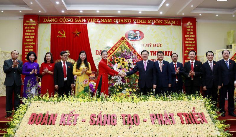 Đồng chí Vương Đình Huệ, Ủy viên Bộ Chính trị, Bí thư Thành ủy Hà Nội tặng hoa chúc mừng Đảng bộ huyện Mỹ Đức.