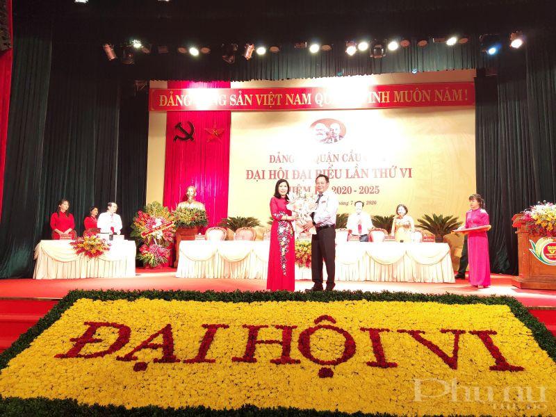 Ông  Nguyễn Văn Phong- Trưởng ban Tuyên giáo thành ủy Hà Nội tặng hoa chúc mừng bà  Trần Thị Phương Hoa được đại hội bầu giữ chức vụ Bí thư quận ủy Cầu Giấy nhiệm kỳ 2020-2025
