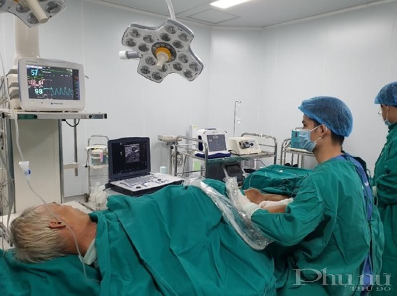 BS Bùi Văn Dũng điều trị suy giãn tĩnh mạch chi dưới bằng phương pháp laser cho bệnh nhân.
