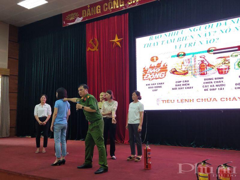Thượng tá Trần Văn Đồng- Phó Trưởng khoa PCCC, trường Đại học Phòng cháy chữa cháy hướng dẫn cho cán bộ hội viên phụ nữ  kỹ năng thoát khỏi đám cháy