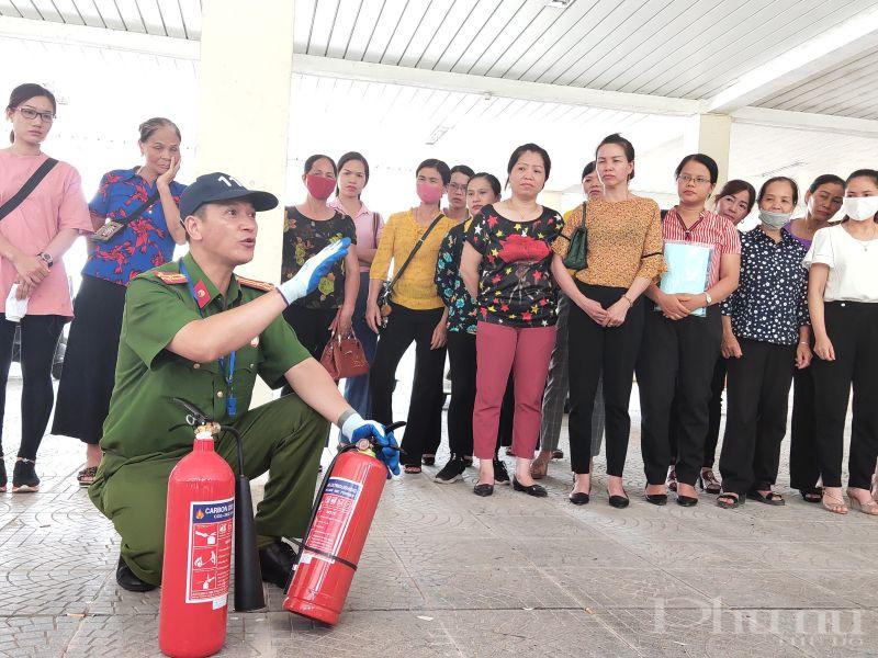 Qua lớp học, cán bộ hội viên phụ nữ được hướng dẫn về cấu tạo, tính năng, tác dụng, thao tác sử dụng các loại bình chữa cháy.