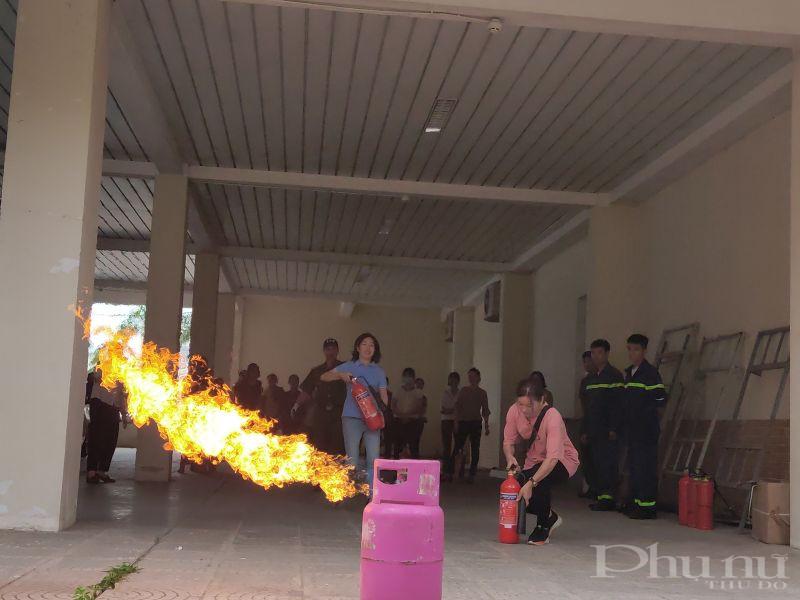 Sau khi được Báo cáo viên hướng dẫn, trong tình huống giả định, các học viên tham gia thực hành chữa cháy , điều đầu tiên khi phát hiện ra có đám cháy, chị em hãy kêu thật lớn