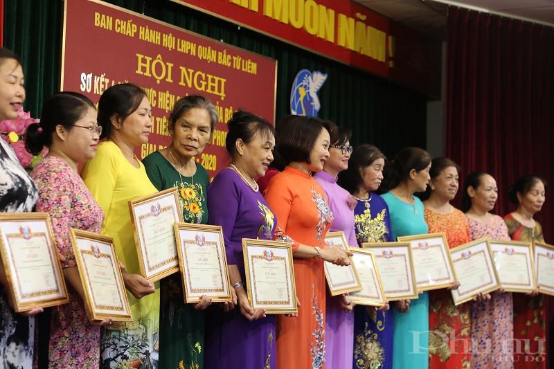 Đồng chí Phạm Thị Thanh Hương- Phó Chủ tịch Hội LHPN Hà Nội  trao Giấy khen cho các tập thể, cá nhân có thành tích xuất sắc trong phong trào thi đua