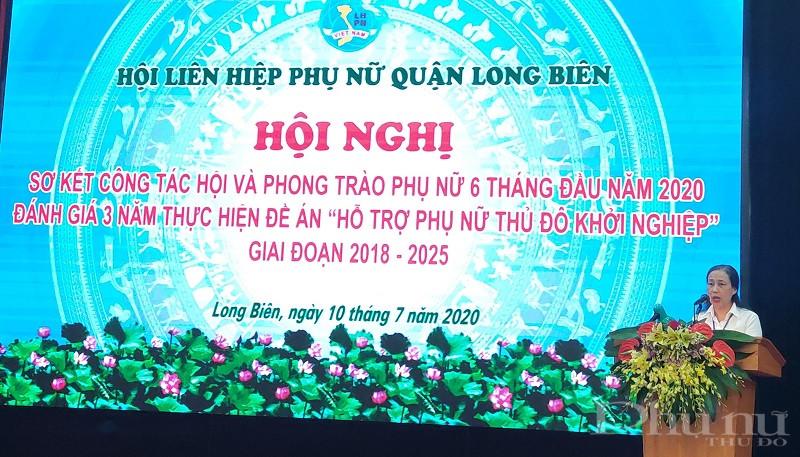 Đồng chí Lưu Thị Hà- Chủ tịch Hội LHPN quận Long Biên báo cáo kết quả công tác 6 tháng đầu năm và triển khai nhiệm vụ 6 tháng cuối năm 2020