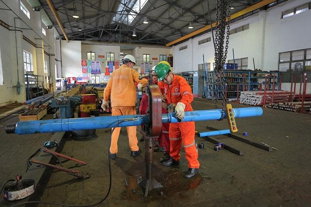 Người lao động Vietsovpetro hoàn thiện thiết bị chuẩn bị giếng khoan.