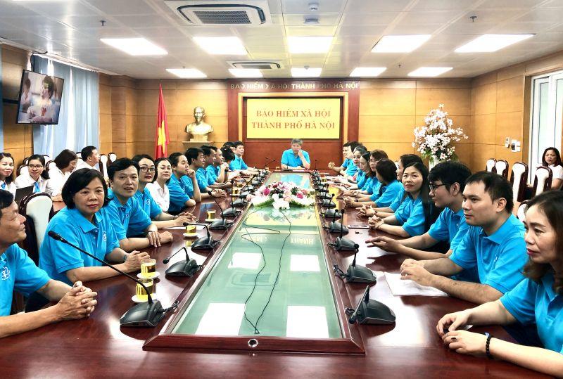 Tại điểm cầu Hà Nội, cán bộ, viên chức Bảo hiểm xã hội TP sẵn sàng tham gia Lễ ra quân.