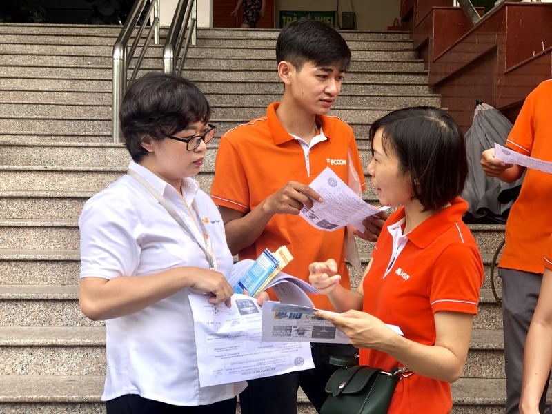 Cán bộ Bảo hiểm xã hội và Bưu điện Hà Nội tuyên truyền tới người dân về chính sách bảo hiểm xã hội tự nguyện và bảo hiểm y tế hộ gia đình
