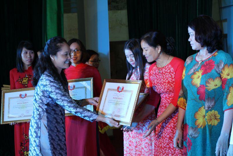 Lãnh đạo Trung ương Hội LHPN Việt Nam trao bằng khen cho gương điển hình tiên tiến trong phong trào Hội.