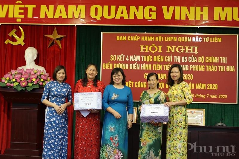 Các đồng chí lãnh đạo Hội LHPN quận tặng quà cho cán bộ Hội