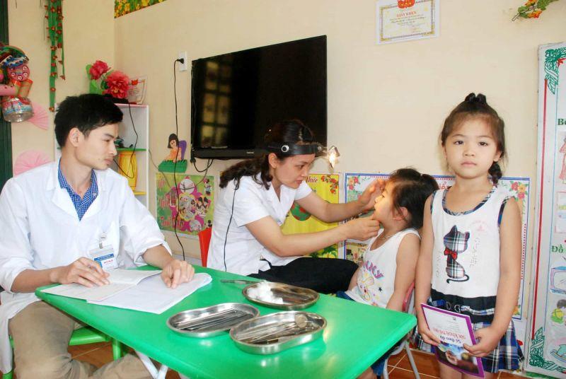 Kiểm tra sức khỏe cho trẻ em được thực hiện thường xuyên tại các cơ sở khám chữa bệnh.