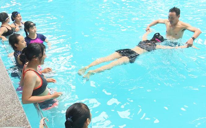 Tổ chức các lớp học bơi trong dịp hè sẽ góp phần giảm tai nạn thương tích cho trẻ em. Ảnh: Nguyễn Quang