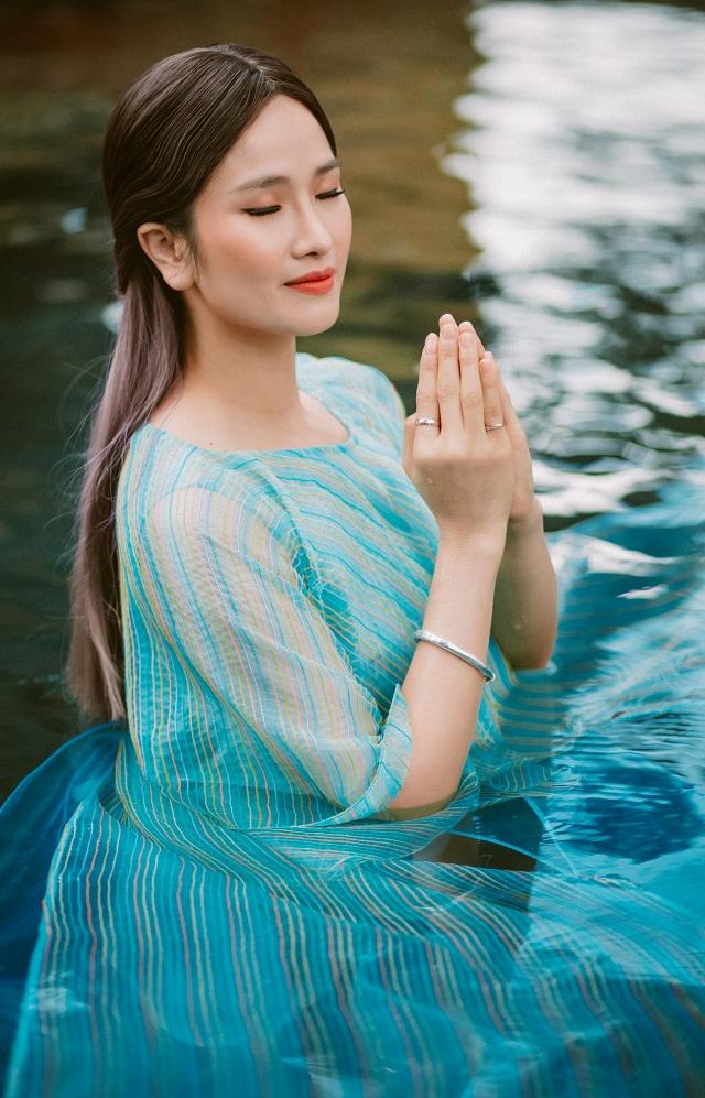 Cô thực hiện những shoot hình dưới nước trong cái lạnh của Đà Lạt
