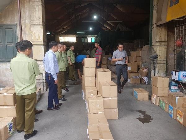 Lực lượng quản lý thị trường Hà Nội phát hiện kho sách giáo khoa nghi làm giả. Ảnh: QLTT