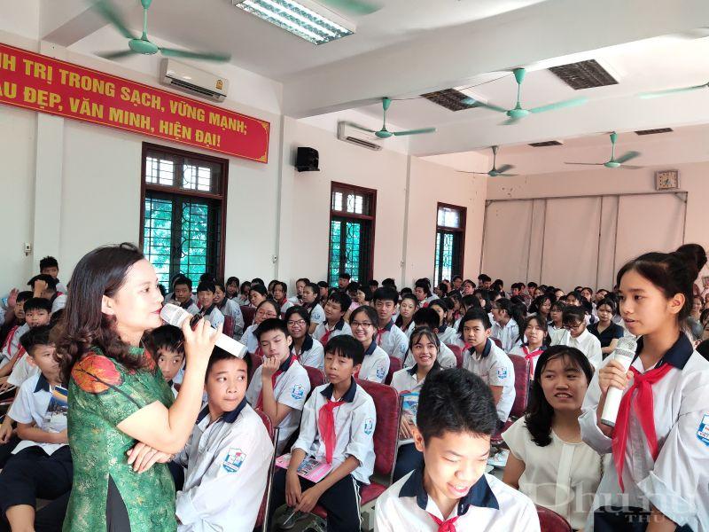 Các em học sinh hào hứng trả lời những câu hỏi liên quan đến kiến thức về dinh dưỡng ở tuổi vị thành niên