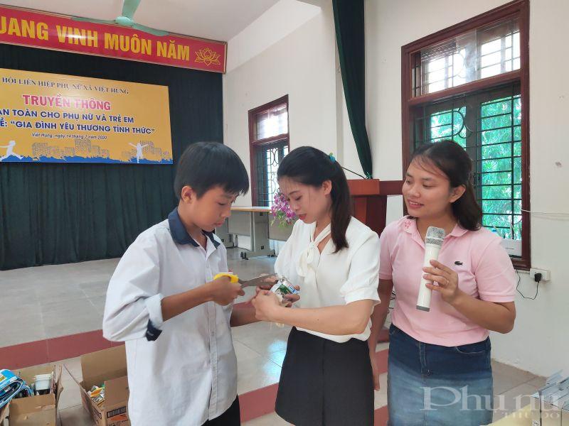 Tham gia chương trình, các em học sinh, cán bộ hội viên phụ nữ được cán bộ công ty Lagom VN  hướng dẫn phân loại và cách xử lý vỏ hộp sữa sau khi uống như cho ống hút vào trong hộp, làm dẹp và bỏ vào đúng nơi quy định
