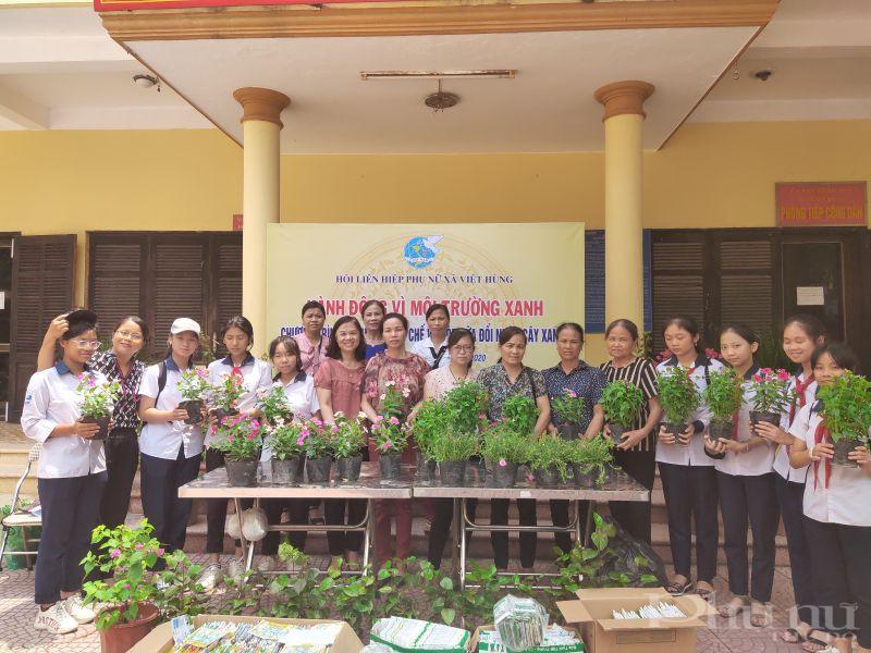 Đông đảo cán bộ hội viên phụ nữ và các em học sinh tham gia chương trình phát động