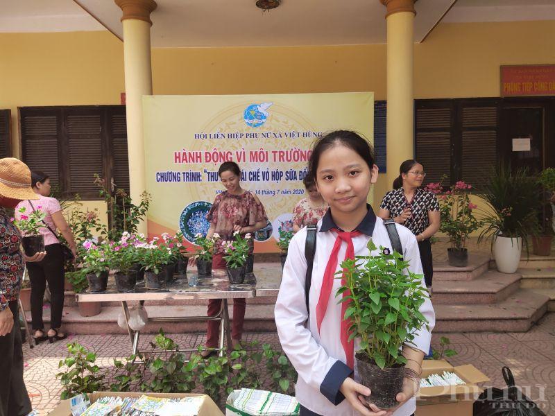 Em Lê Thanh Tâm, học sinh lớp 7A trường THCS Việt Hùng cho biết: Sau chương trình phát động này của Hội LHPN xã, em học được cách tái sử dụng các đồ vật cũ như sử dụng giấy một mặt làm giấy nháp, dùng vỏ lon làm đồ tái chế. Đồng thời việc đổi rác thải nhựa, vỏ hộp sữa để lấy cây xanh đây là một hoạt động thiết thực để bảo vệ môi trường, việc làm này vô cùng ý nghĩa