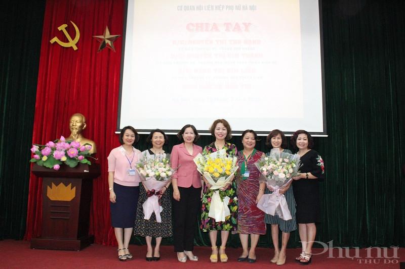 Các đồng chí lãnh đạo Hội LHPN Hà Nội tặng hoa chia tay các đồng chí nghỉ hưu theo chế độ
