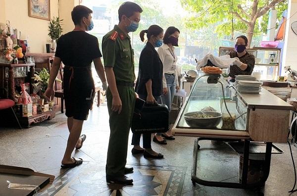 Các lực lượng chức năng quận Long Biên tổ chức kiểm tra giám sát cửa hàng kinh doanh ăn uống