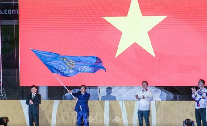 Bộ trưởng Bộ VHTT&DL Nguyễn Ngọc Thiện nhận cờ đăng cai SEA Games 31.