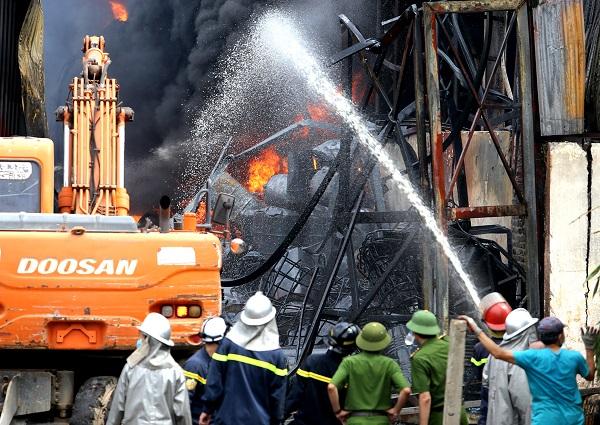 Vụ cháy đã được lực lượng chức năng khống chế để không gây ảnh hưởng ra môi trường