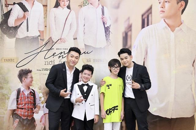 Hai nghệ sĩ Hà Trung và Yabi cùng hai nam diễn viên nhí trong MV cùng viết nên câu chuyện tình học trò lãng mạn