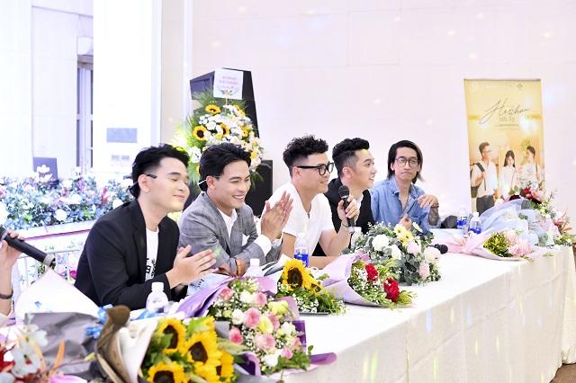 Ekip thực hiện trong buổi giới thiệu ra mắt MV