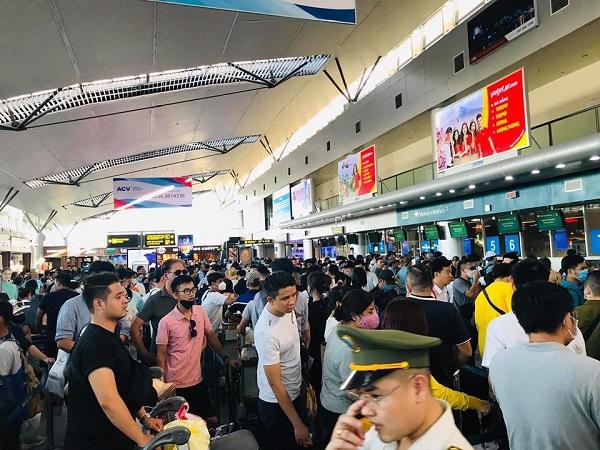Khách du lịch nội địa làm thủ tục tại sân bay