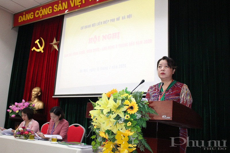 Đồng chí Nguyễn Thị Thu Thủy- Phó Chủ tịch Thường trực Hội LHPN Hà Nội báo cáo kết quả 6 tháng đầu năm 2020